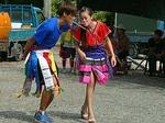 豊年祭でゲーム参加中の若者