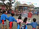 大漁祭で長老の周りを踊る子供たち