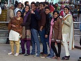 インド ラージギルのリフトに並んでいた学生さん仲間