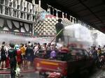 バンコク シーロムのソンクラン 消防用放水車も出る