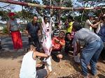 インドネシア 犠牲祭 ヤギを屠る男達