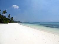 インドネシア マルク州 ケイ・クチル島 パサールパンジャン 白い砂浜