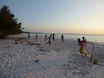 インドネシア マルク州 ケイ・クチル島 パサールパンジャン 日暮れの海岸で遊ぶ子供達