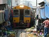 メークロン市場を駆け抜けるメークロン線(タイ)