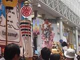 鹿児島祇園祭 女頭に持ち上げられる子供
