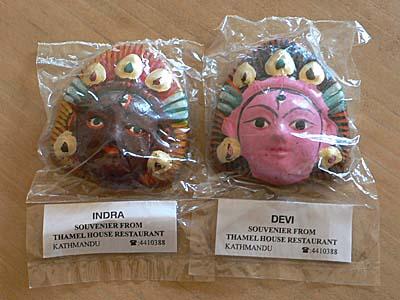 ネパール土産で神様の仮面。各地の土産であふれかえる玄関・・・。