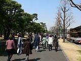 東京駅から皇居へ向かう人波