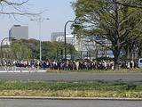 東京駅から皇居へ向かう人波 内堀通り交差点