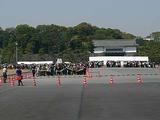 皇居の乾通り一般公開 手荷物検査所に誘導される人々