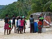 ピピ島でソンクランの水掛を楽しむ子供達