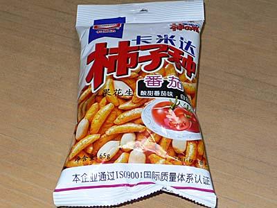 中国土産の柿ピー。トマト味。亀田製菓です。