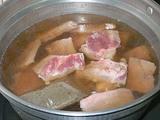豚肉の骨付肉をバクテーの素と煮る