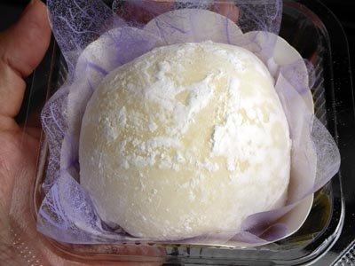 ヤマザキ雪苺娘のまねっこ?台湾の大潤発のマンゴークリーム大福。