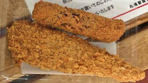 北海道最初のご飯はお惣菜屋でホッケフライをがぶり。