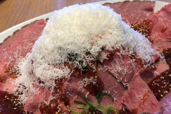 ローストビーフ丼 雪山仕立てチーズのアップ