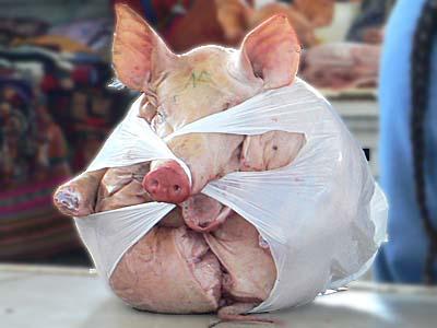 ペルー メルカドの豚 袋詰め