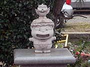 銚子電鉄のホームにいる 桃鉄 ボンビー神の像