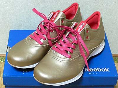 リーボック イージートーン ゴールド の白い靴紐をマゼンダに取り替える