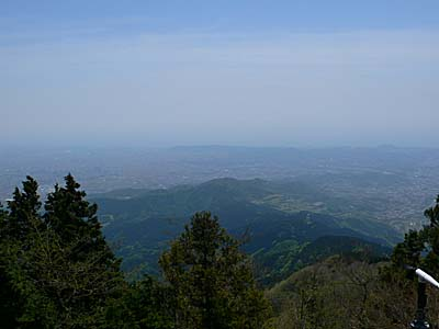 神奈川県大山 山頂からの写真。ぼんやり海が見える