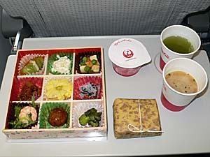 JALの台湾行きの機内食は先月の大連線と寸分違わず・・・。