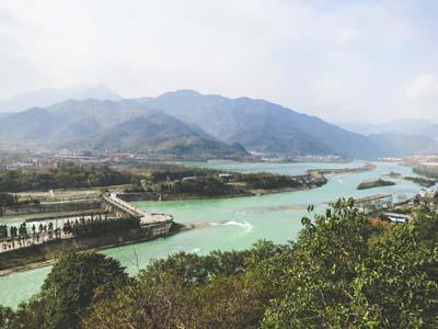 青城山でなぜだか雨の山下り。(1999.08.14 成都)