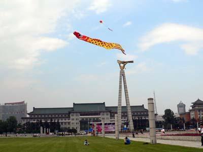 長春の広場で凧揚げしている人