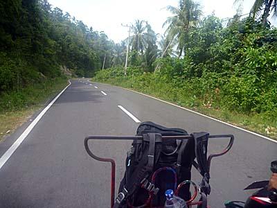 サバンからイボイまでベチャでいく。綺麗な舗装道路