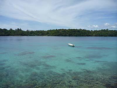 イボイの宿のバルコニーから見た海。正面はルビア島
