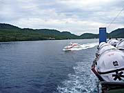 スピードボートに抜かれるフェリー