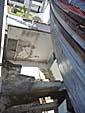 漁船の側部と住宅を見下ろしたショット