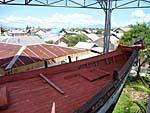 津波で壊れた住宅の上に乗った漁船 先端