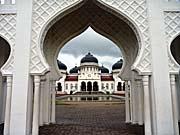 アチェ中心部にそびえ立つモスク。