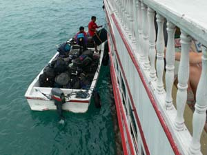 荷物はボートで乗船