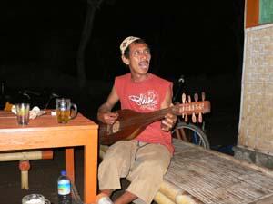 酒飲みながらギター片手に唱う親父