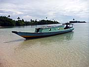 ハッタ島に停泊したシュノーケリングボート
