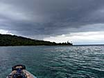 船にどんどん近づいてくる不穏な雲