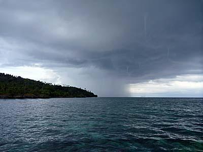 ハッタ島に大きな雨雲が近づく