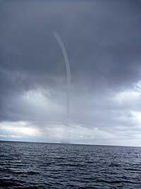 遠くからどんどん近づいてくる筋状の雲