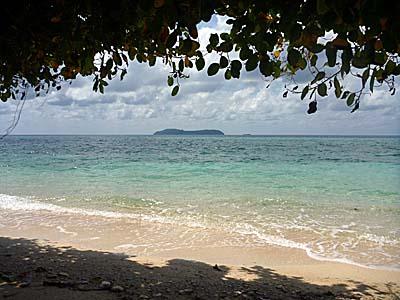 アイ島西部海岸から見たルン島