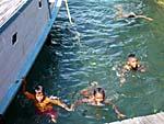 船着き場で遊ぶ子供