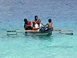 ボートで遊ぶ少年たち