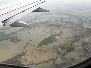 ガルーダ機上から雨期のマカッサルを見下ろしたショット