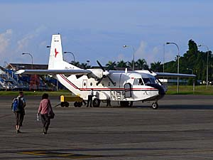 NBA航空 アンボン空港 徒歩で搭乗
