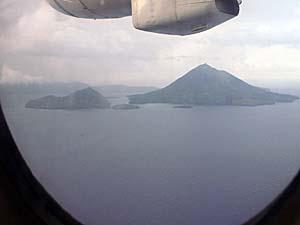NBA航空の機上からバンダ島とグヌンアピを見下ろす
