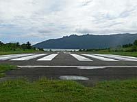 バンダ島の滑走路を右手に見る