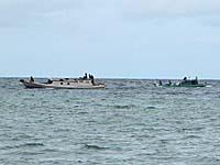 マロレビーチ沖に来たボート