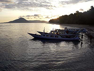 早朝のアイ島の桟橋からグヌンアピを望む