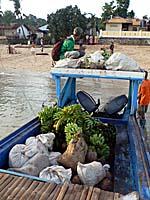 バンダ島に帰る舟の船尾:荷物がいっぱい