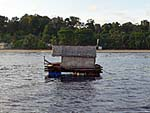 一日中海に浮いている夜の漁に使う筏