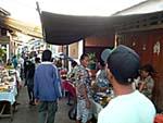 村のマーケットにもどんどん人が流れていく。